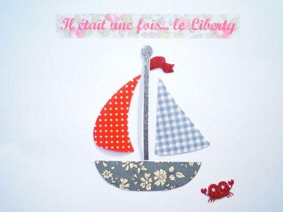 Motif thermocollant bateau en tissus liberty Capel gris, vichy gris et rouge à pois blancs