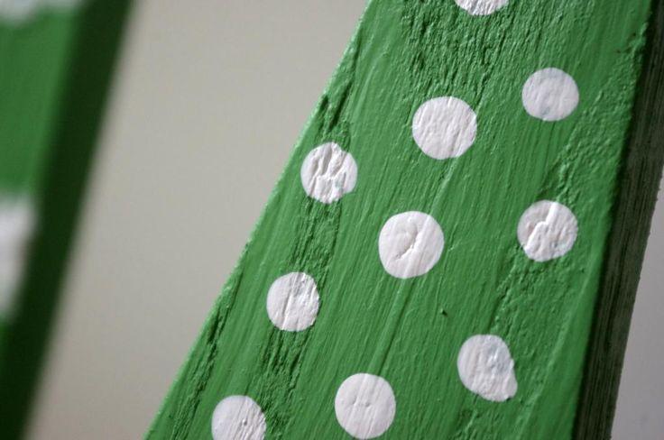 Dřevěné zelené stromečky - Stromečky jsou vyrobeny z paletového dřeva. Následně jsme je natřeli zelenou barvou a ozdobili bílými detaily jako jsou stužky nebo namalované bílé tečky.  ( DIY, Hobby, Crafts, Homemade, Handmade, Creative, Ideas)