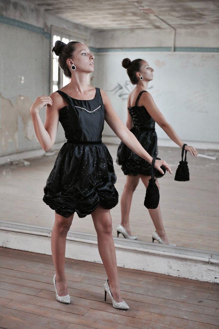 Robe de soirée type cocktail. Bustier en satin duchesse noir et jupe tutu en tulle noir pailleté.  Modèle : La Pétillante Création Marine Guillemette