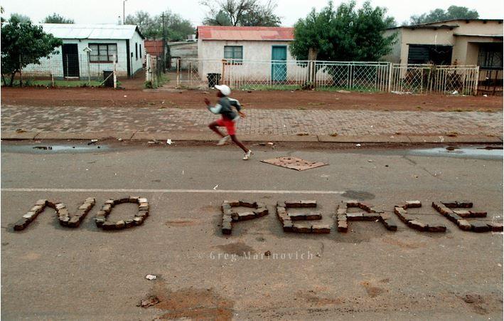 Las palabras no para la paz! organizado en la calle en la zona muerta en el municipio Thokoza, 1994 - Greg Marinovich