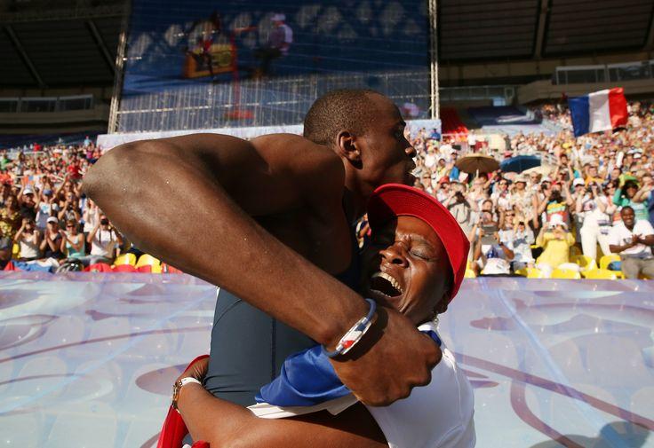 Le Français Teddy Tamgho est devienu champion du monde du triple saut avec énorme bond à 18,04 m, nouveau record de France, aux Mondiaux de Moscou. C'est le troisième homme au monde à franchir les 18 mètres. Après avoir appris sa victoire, Teddy Tamgho a sauté dans les bras de sa mère, elle aussi folle de joie :
