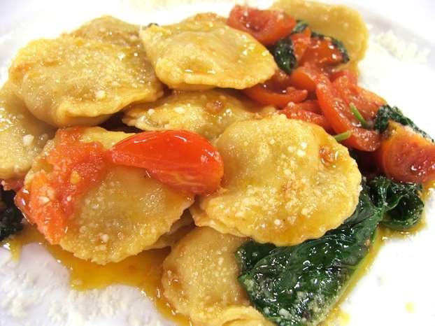 Daniele Persegani ci insegna una classica specialità emiliana: tortelli di patate e guanciale fatti in casa conditi una salsa semplice di pomodoro e basilico. http://www.alice.tv/pasta-ripiena/tortelli-patate-guanciale-pomodoro