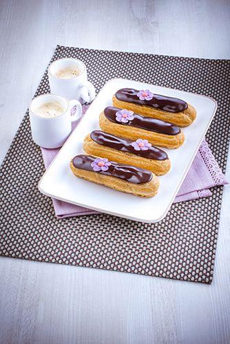 Eclairs au chocolat et fleurs en sucre. Dessert gourmand au chocolat. Petite pause café. Marielys Lorthios - Photographe professionnel / photographe culinaire