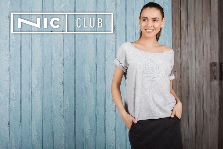 Футболка от итальянского бренда Nic Club («Ник Клаб») — свободного силуэта, длиной до талии. Рукава — короткие, на спущенной пройме. На груди — водный принт на тон темнее основной ткани. Футболка — с широким круглым воротом, что позволяет носить ее на одно плечо. Модель Cruise («Круиз») в морском стиле дополнит ваш образ в романтическом или casual стиле.