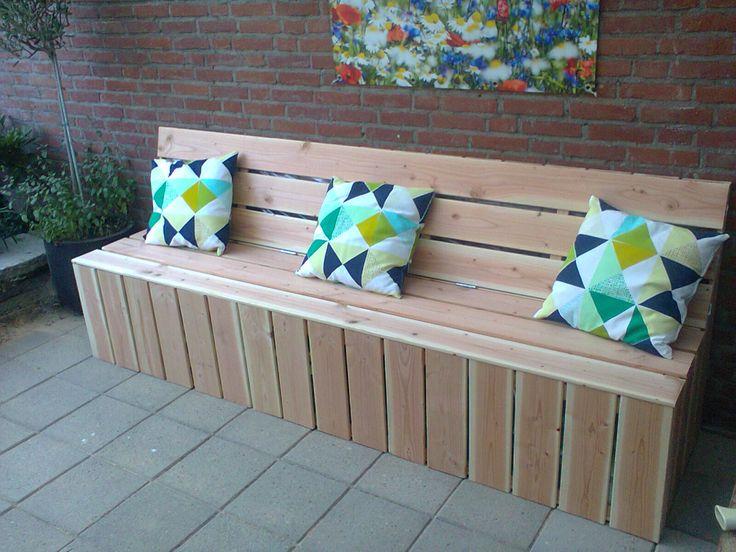 Zelfgemaakte bank van douglas hout voor tuinkussens