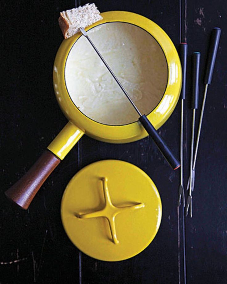 The design-foward American company Dansk made a pot with a teak handle, part of its Kobenstyle line, created by Danish designer Jens Quistgaard.