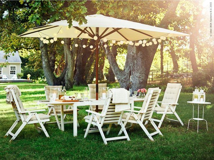 Med ÄPPLARÖ bord och positionsstolar sitter vi gärna kvar i trädgården långt in på sena kvällen. LÅNGHOLMEN parasoll, HÅLLÖ sitt/ryggdyna, SOLVINDEN dekoration för ljusslinga.