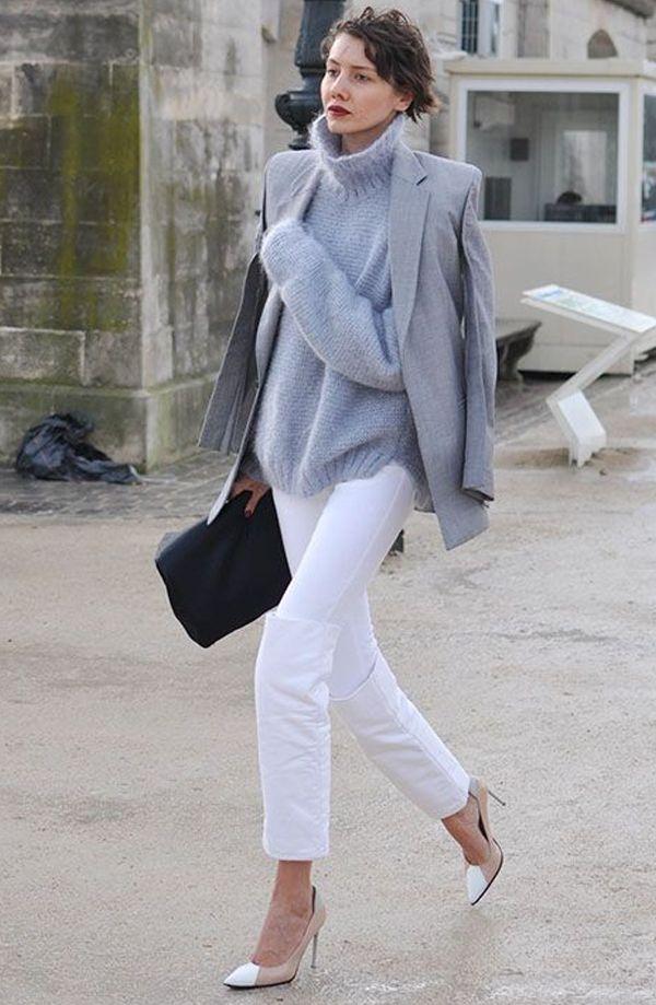 Office Look monocromático combinando calça branca, tricot cinza + blazer cinza e scarpin nude.