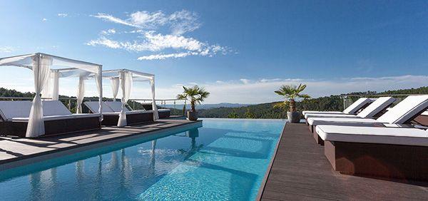 Notre sélection des 10 plus belles piscines d'hôtels en France #piscine #hotel #luxe #france #hotels #stay #weekend #relax #swim #view #palace #wellness #spa
