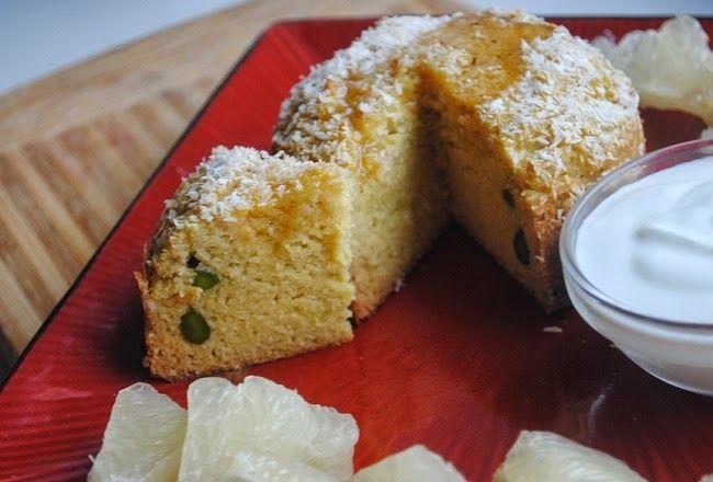 Kukurydziany muffin kokosowo- limonkowy z surowymi pistacjami, jogurtem nat., pomelo, miodem z miętą