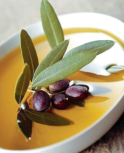 OLIO EXTRAVERGINE DI OLIVA GARDA DOP Dalle pendii attorno al Lago di Garda ha origina un olio perfetto per i piatti di pesce di lago (Salmerino e Trota). La pianta principale con cui si ottiene l'olio extra vergine d'oliva Garda DOP è la Casaliva, varietà propria del lago di Garda.