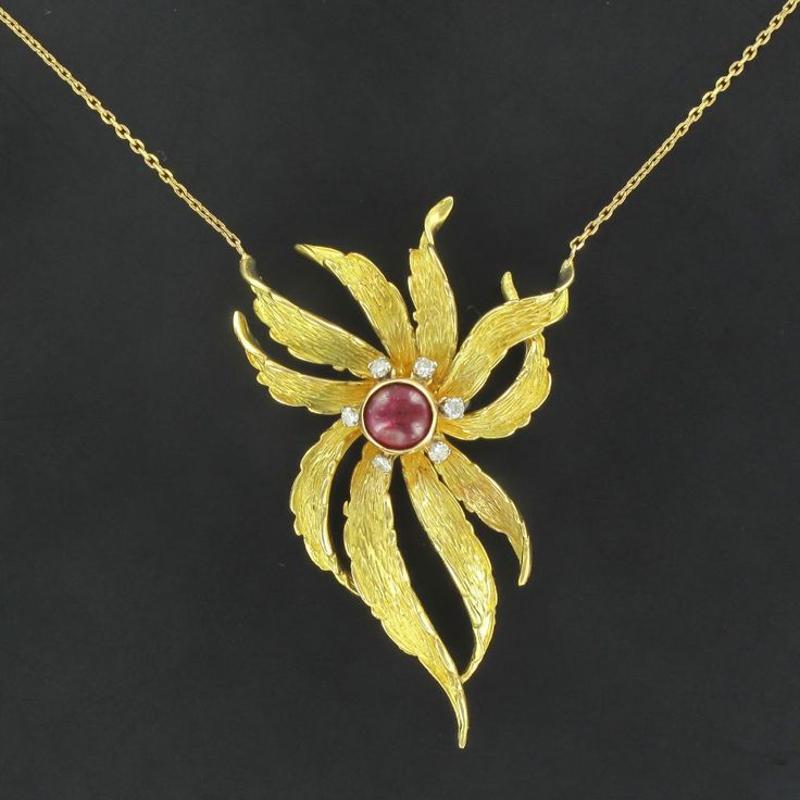 Pendentif ancien rubis diamants. Ancienne broche transformée en pendentif - Travail des années 1960.  http://www.bijouxbaume.com/pendentif-ancien-rubis-diamants-a1924.html
