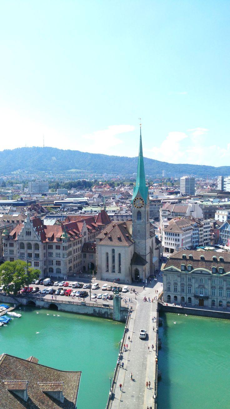 Die wunderschöne Stadt Zürich in der Schweiz, fotografiert vom Großmünster Kirchturm