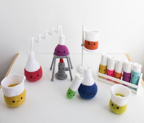 Legit the cutest chemistry set we've ever seen Etsy artist @amenagerieofstitches actually sells these in her shop, made to order. Just look at those rainbow test tubes, nawwww! : @amenagerieofstitches/Etsy #science #chemistry #etsy #crochet #amigurumi #sciencealert #crafting #crafts