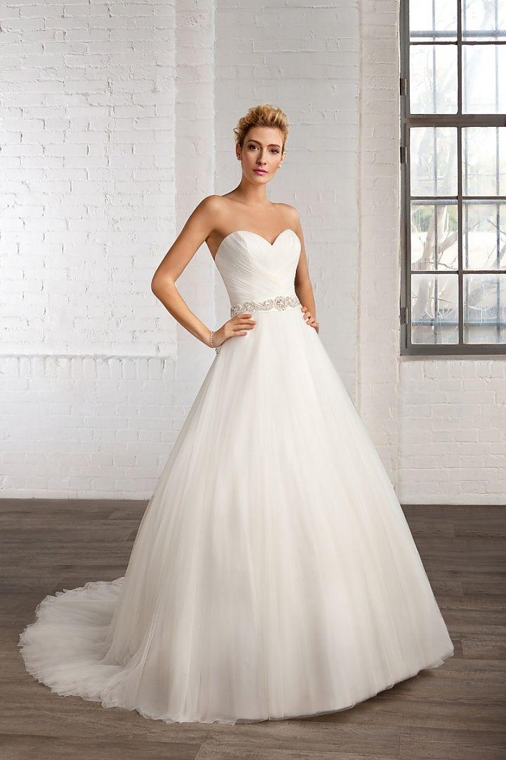7772, collectie 2016 Een eenvoudige maar toch heel mooie strapless trouwjurk in een combinatie van een geplooid lijfje en een wijde tule rok. Een mooi detail is de glitter tailleband. #hartvorm #eenvoudig #tule #alijn #koonings