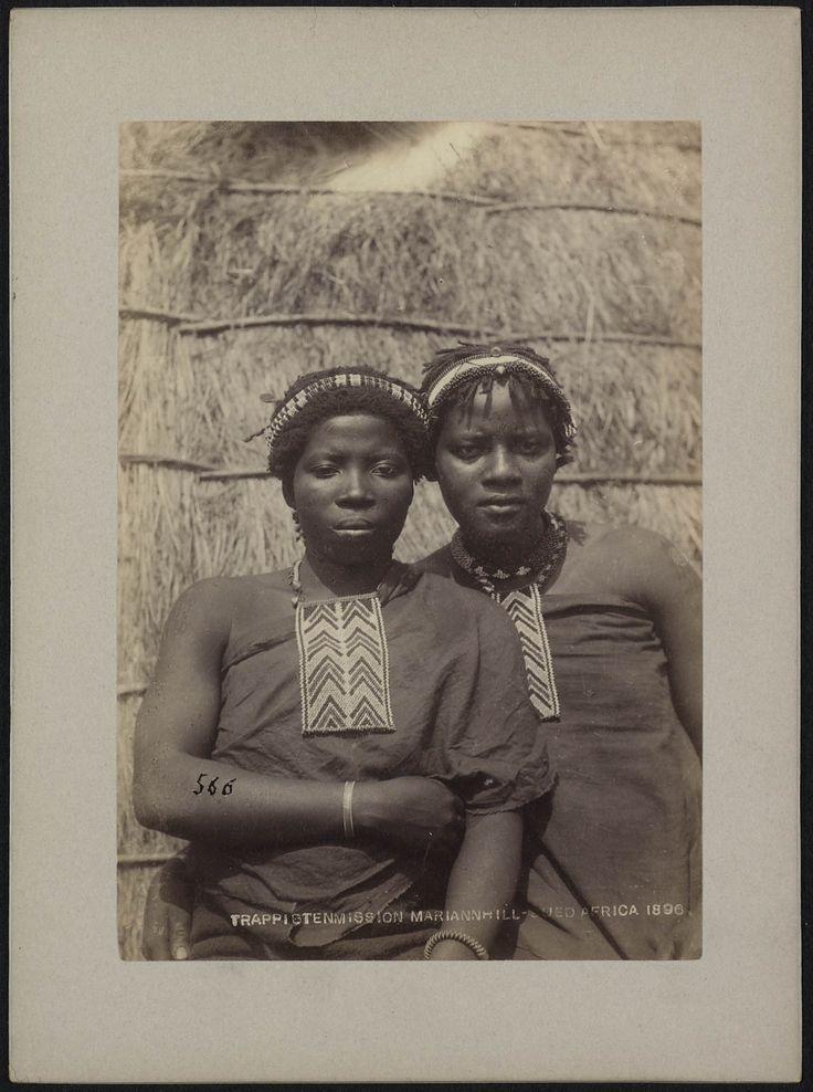 Groepsportret van twee volwassen meisjes met een Ulimi op de borst