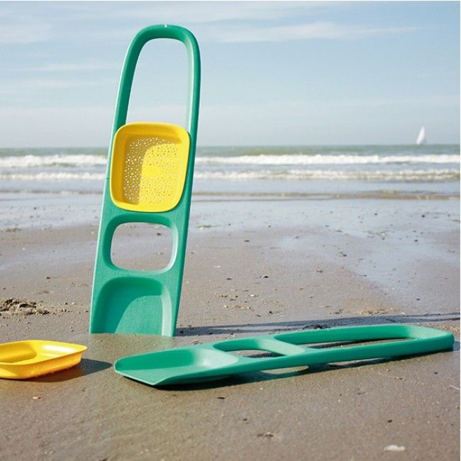 Quut's Scoppi beach toy comes with a detachable sand sifter that will double the fun while building wells, castles and forts. Its comfortable curved footrest is perfect for bare feet and its rounded handle ensures an easy grip #Quut #beach #sandplay #Christmas2014