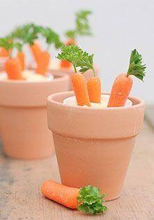 Trompez l'œil de vos invités avec ces petits pots de #carottes ! Piquez vos carottes déjà préparées et garnies d'une touche de persil dans un pot de sauce : succès assuré ! #paques #recette