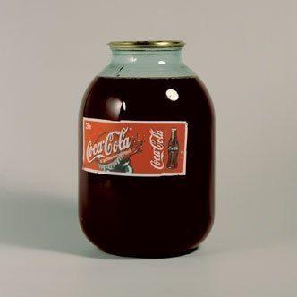 Волшебные свойства Кока-колы в быту: 1. Если вы сожгли кастрюлю, то налив в неё Колы и доведя до кипения, можно добиться изначального состояния кастрюли. 2. Очень легко можно сделать любую фотографию состаренной. Для этого всего лишь нужно слегка намочить фотографию Кока-Колой и быстро вытереть. Только ни в коем случае не делайте фотку слишком влажной, иначе всё испортится. 3. Если вы покрасили волосы и они получились слишком насыщенного цвета, то Кола поможет вам их сделать немного…