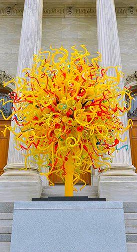 Oeuvre de Dale Chihuly placée devant le musée des Beaux Arts de Montréal durant son exposition en 2013