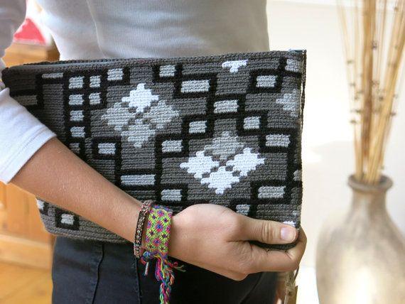 Handmade Wayuu Patterned Clutch por EKIIOrigins en Etsy