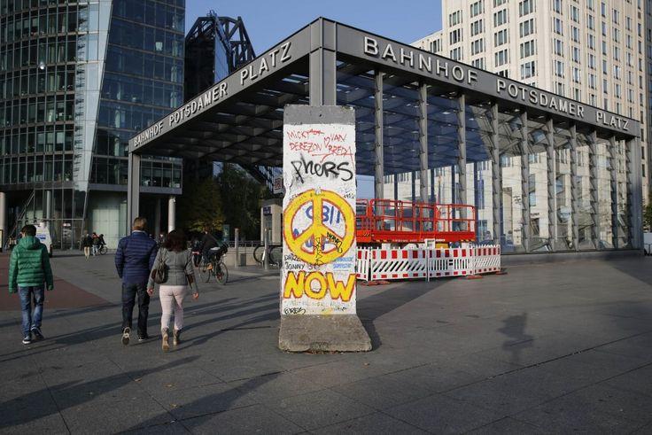 L'appuntamento è il 9 novembre quando si celebreranno i 25 anni dalla caduta del Muro di Berlino. Molte le iniziative, ma la più curiosa è quella dell'agenzia Reuters che per l'occasione, ha chiesto ai suoi fotografi in giro per il mondo di immortalare i frammenti del muro