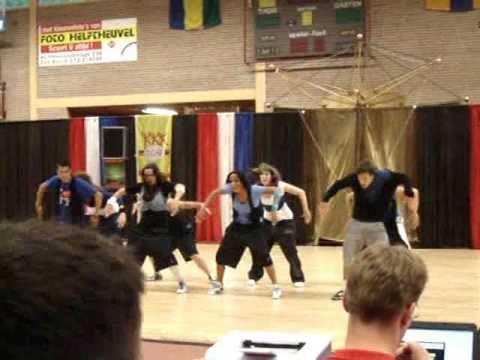Hier zie je mijn eerste dans met de fantastische mensjes van Da'Mix. Mijn oude dansstudio was ook aanwezig op deze wedstrijd en ik voelde zoveel druk, maar alle mama's van mijn oude dansmaatjes kwamen me een dikke knuffel geven. Ze vonden dat ik veel beter was geworden. Dat was echt super lief :)
