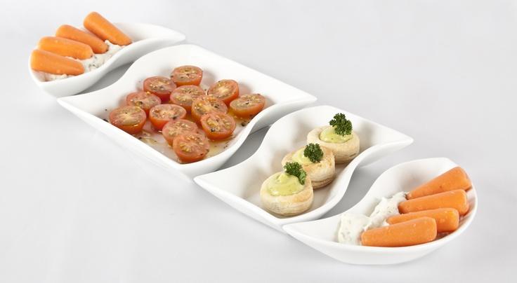 Ofrece una bandeja de pasabocas conformada por varios platos pequeños. Así tus invitados podrán elegir la opción que más les guste.