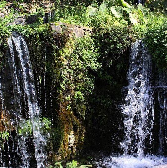 Hver uge tager vi på udflugt rundt øen og får et indblik i livet oppe i bjergene, under dagen kommer vi nærmere lokalbefolkningen. Dette smukke vandfald er fra byen Argiroupolis som vi besøger under dagen. Du kan læse mere om Kreta her: www.apollorejser.dk/rejser/europa/graekenland/kreta
