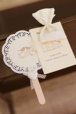 shabby chic wedding fan // more on:http://weddingwonderland.it/2014/11/matrimonio-shabby-chic-puglia.html