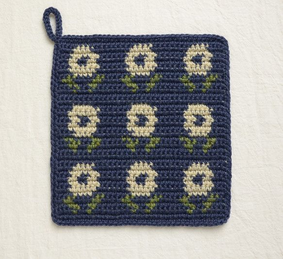 ウールの糸で、ポットマット(兼ポットホルダー)を編みました。かぎ針の編み込み模様です。程よい厚みなので、鍋敷き、鍋つかみ、どちらとしてもお使いいただけます。仕...|ハンドメイド、手作り、手仕事品の通販・販売・購入ならCreema。