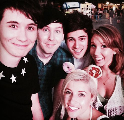 @AmazingPhil: Awesome day at six flags with @danisnotonfire @smoshanthony @KalelKitten and @EvelinaBarry