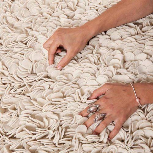 Pehmeä huopamatto on vain niin ihanan tuntuinen  #sukhimatot #villamatto #sisustus #matto