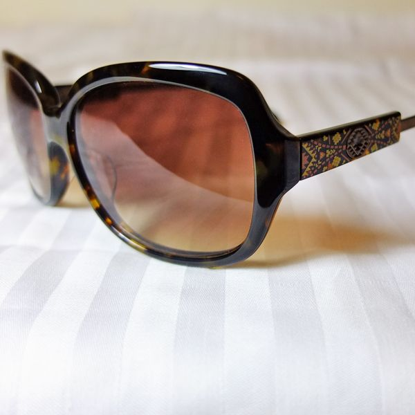 Famous Sun Glasses Brand - Memore Eyewear Original HongKong designer design items Over 30 different stylish deigns available now, come with different colors too. Come with FREE Stylish Sun Glasses Case Material: Plastic + Metal Frame Color: 3 colors HKD 395/pair