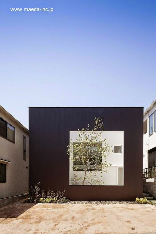Moderna casa contrastada a través de una abertura cuadrada - Arquitectura UID architects www.maeda-inc.jp