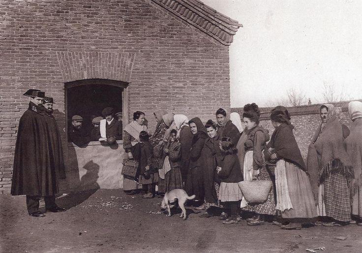 De Madrid al cielo: Álbum de fotografías y documentos históricos. - Urbanity.ccReparto de la sopa boba.Enero 1908 (Rueda)