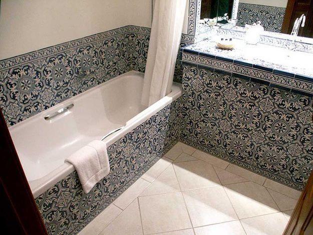 salle de bains luxueuse en carreaux de faiance bleu et blanc avec baignoire et lavabo blanches. Black Bedroom Furniture Sets. Home Design Ideas