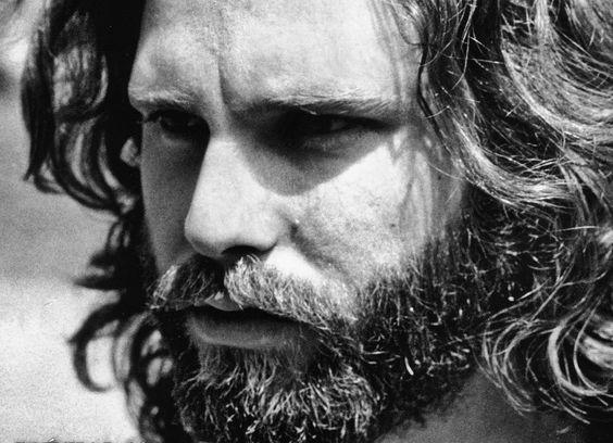 Una faceta del músico que vale la pena descubrir. Tres libros con poemas de Jim Morrison para descargar.