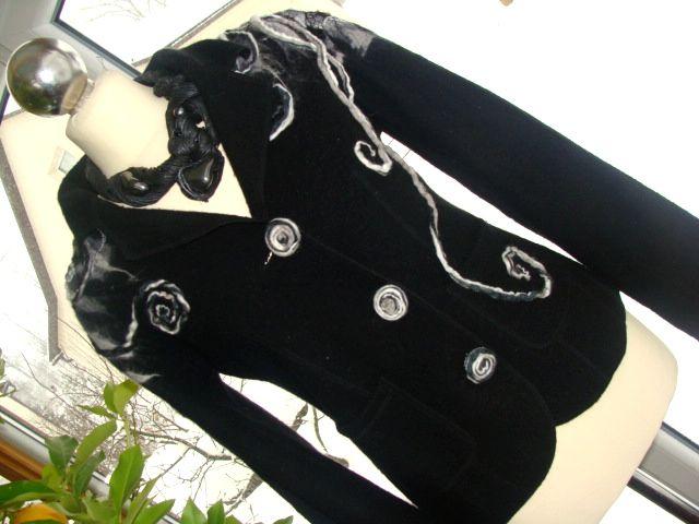 no i jeszcze żakiet czarno-biały, również z wełny parzonej filcowany na mokro z naszytymi wełnianymi sznureczkami:-)