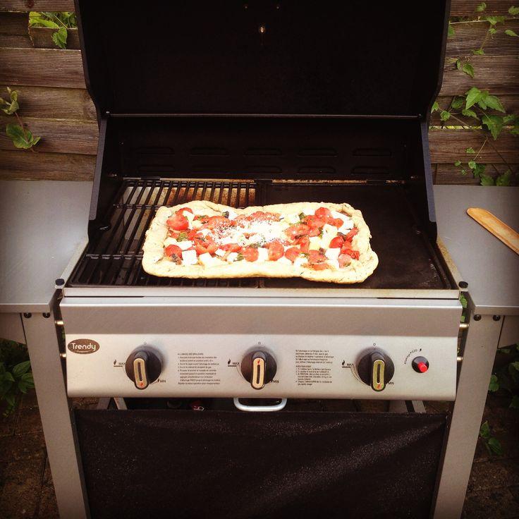 Pizza à la plancha, tomates, mozzarella, menthe, poulet, basilic