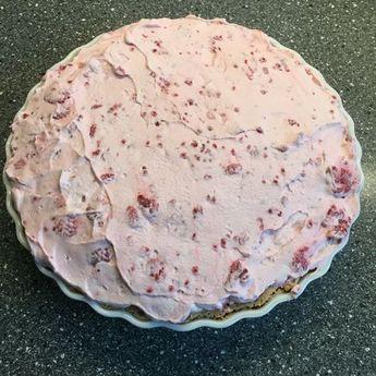 Dette er verdens nemmeste kage, som ikke kan glippe for nogen. Herudover er den rigtig hurtig at lave, så du kan sagtens nå den til eftermiddagskaffen eller aftenskaffen. Ingredienser: 3 æg, 3 dl. sukker , 1 tsk. vanillesukker og 15 tvebakker (til en tærteform på 24 cm). Pynt: 2 1/2 dl. fløde og 250 g. optøet hindbær. …