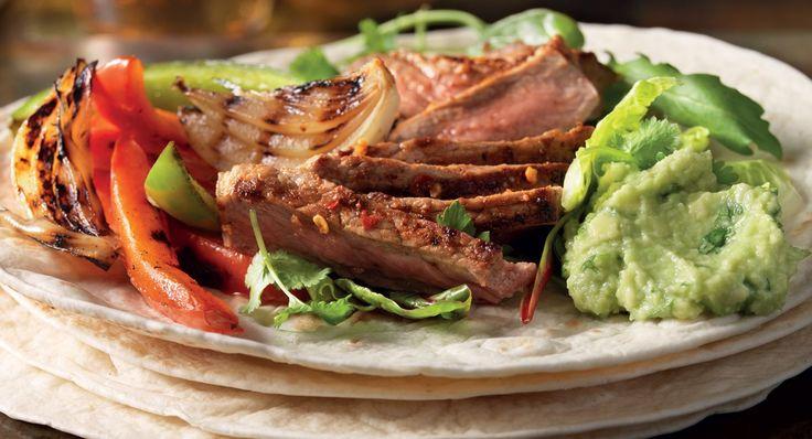 Fajita med grillad biff, guacamole, grönsaker och gräddfil