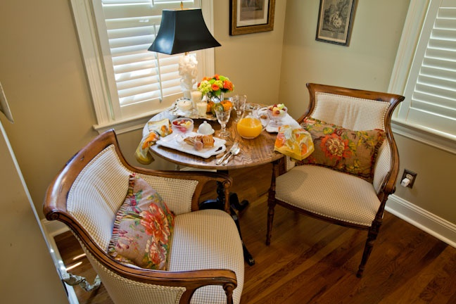 chairsDecor, Dining Room, Cozy Nooks, Bright Ideas, Breakfast Nooks, Chairs, Cozy Lunches, Dining Table'S, Arrangements Tablescapes