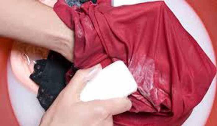 <p>Se colocou as roupas de molho, e sem querer ou por falta de experiência esqueceu de colocar roupas coloridas separadas, quando foi ver estavam todas manchadas porque alguma peça de roupa soltou tinta. Ficam aqui algumas dicas para solucionar esse problema. DICA 1: Para tirar a mancha que uma roupa …</p>