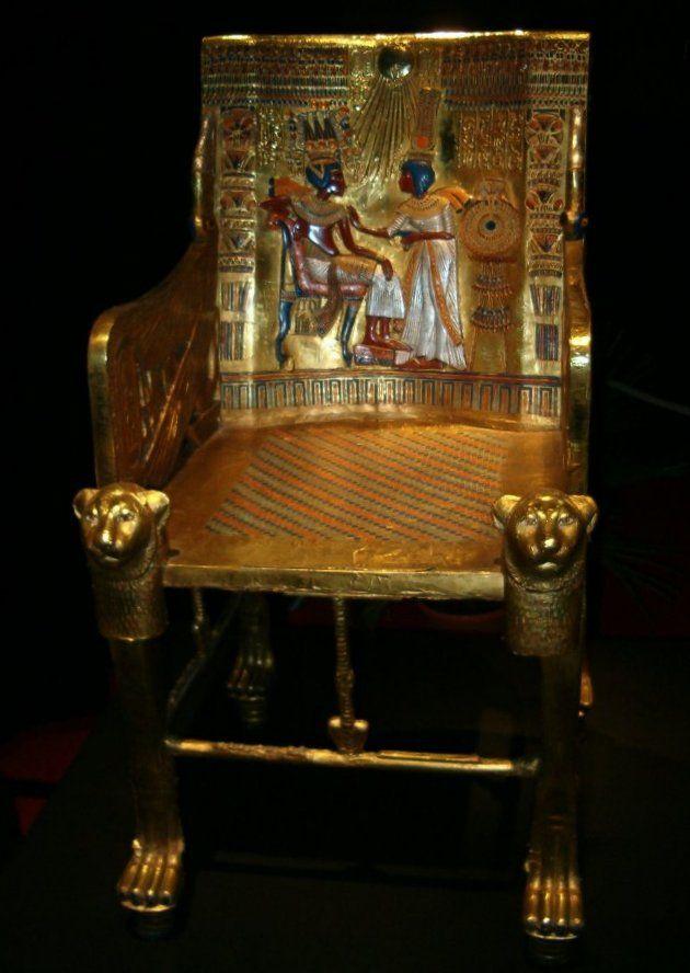 Trône royal de Toutankhamon. Ce trône est richement décoré avec de l'or