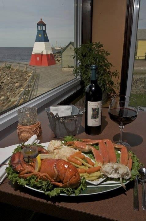 On mange bien en Acadie! Homard néo-écossais avec du vin de Domaine de Grand-Pré - Chéticamp, N-E.