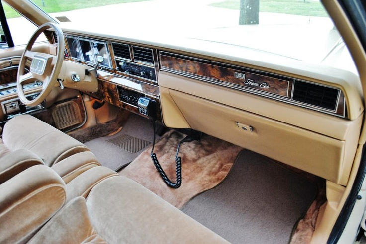 1984 lincoln town car complete with cb radio lincoln what a luxury car should be. Black Bedroom Furniture Sets. Home Design Ideas