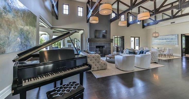 O piano é um dos destaques do segundo ambiente de estar da mansão que Britney Spears está vendendo, por R$ 32 milhões, na Califórnia, Estados Unidos. O espaço é decorado com móveis claros e blocados: em frente à lareira estão dois sofás em capitonê, duas poltronas e quatro luminárias