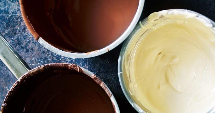 Konditor Sara Aasum Hultberg visar hur du snyggt och enkelt doppar godsaker i choklad. Dessutom får du även tips på hur du dekorerar godiset fint.