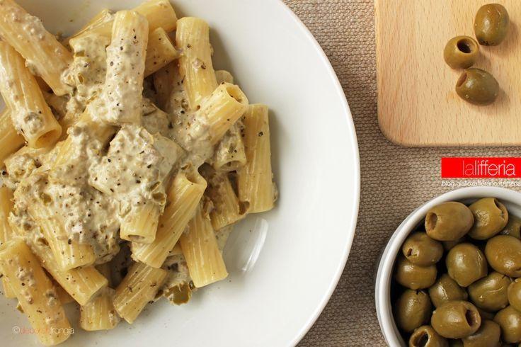 La pasta alla crema di olive è un primo velocissimo ma gustoso, da preparare in pochi minuti con una sola pentola. Un'idea last minute davvero deliziosa!